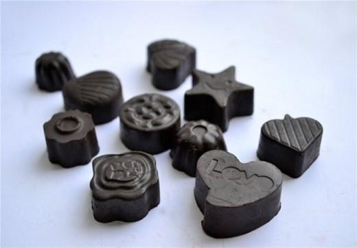 Chỉ cần một miếng socola sẽ giúp bạn giảm bớt cảm giác thèm ăn, không cần ăn nhiều nên bạn sẽ không bị dư thừa quá nhiều năng lượng.