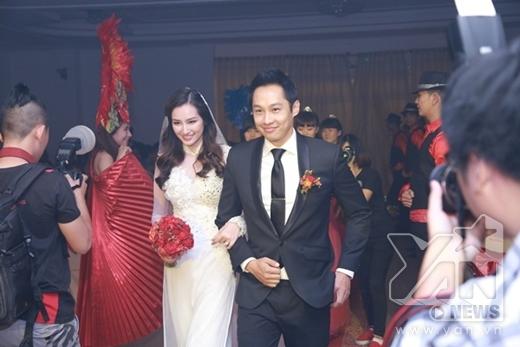 Cặp đôi tiến vào lễ đường trong sự hò reo của những khách mời. - Tin sao Viet - Tin tuc sao Viet - Scandal sao Viet - Tin tuc cua Sao - Tin cua Sao