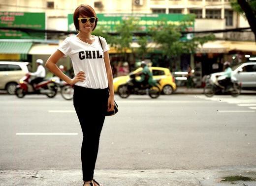 Đơn giản với áo thun trắng và skinny - nhưng túi xách và kính Rayban kiểu cổ điển đã làm cô nàng trông nổi bật hơn