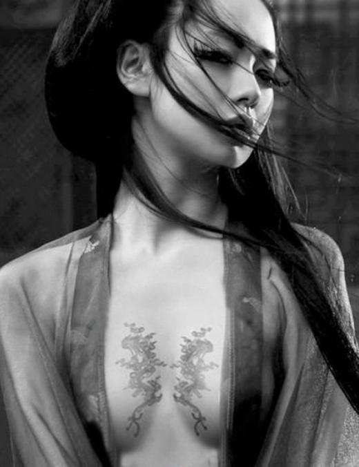 Thích Vygây xôn xao với nhiều hình xăm công phu trên người, trong đó, nổi bật nhất vẫn là hai chú rồng dịu dàng khoe dáng trước ngực.