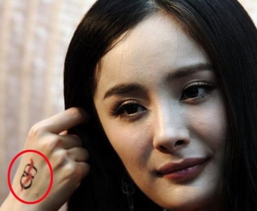 """Dương Mịchgây chú ý với hình xăm lạ trên mu bàn tay, nữ diễn viên khiến nhiều người không khỏi tò mò về ý nghĩa của nó. Các fan cũng thi nhau """"đoán già đoán non"""" rằng ít nhiều cũng liên quan đếnLưu Khải Uy."""