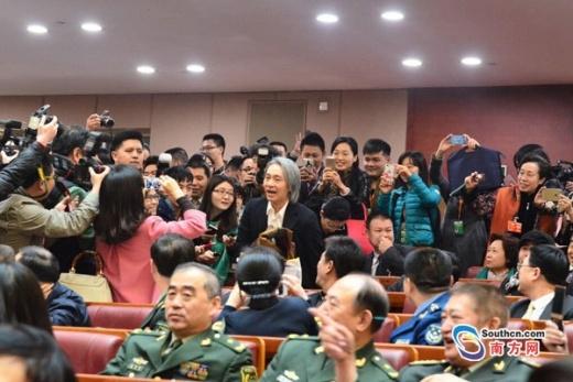 Bị tố rẻ rúng bần tiện nhất showbiz, Châu Tinh Trì chạy cuống cuồng né truyền thông