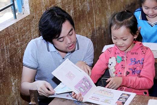 Dương Khắc Linh dạy học cho các em nhỏ. - Tin sao Viet - Tin tuc sao Viet - Scandal sao Viet - Tin tuc cua Sao - Tin cua Sao