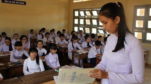 Bạn Trương Nguyễn Ngọc Yến (lớp trưởng lớp 9/1) ghi sổ đầu bài - Ảnh: Vân Trường