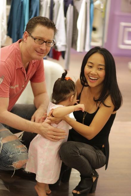 Dịp gần Tết, vợ chồng Đoan Trang tranh thủ dắt con gái đi mua sắm. Hai vợ chồng cho con thử rất nhiều quần áo đẹp. - Tin sao Viet - Tin tuc sao Viet - Scandal sao Viet - Tin tuc cua Sao - Tin cua Sao