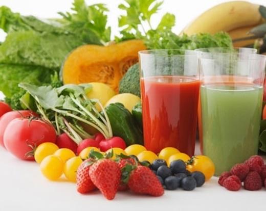 Nước ép rau xanh như rau chân vịt có thể ngăn ngừa nguy cơ rượu khiến cơ thể mất nước và cung cấp các chất điện giải cần thiết. Ngoài ra, nước ép rau xanh còn giúp bạn cảm thấy no bụng.