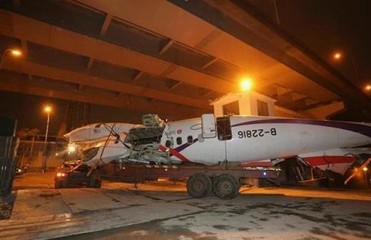 Phần thân máy bay Đài Loan được vớt lên từ lòng sông sau vụ tai nạn. Ảnh: Reuters
