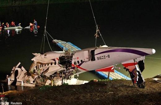 Xác máy bay được nâng lên khỏi mặt sông Keelung, Đài Bắc. Ảnh: Reuters