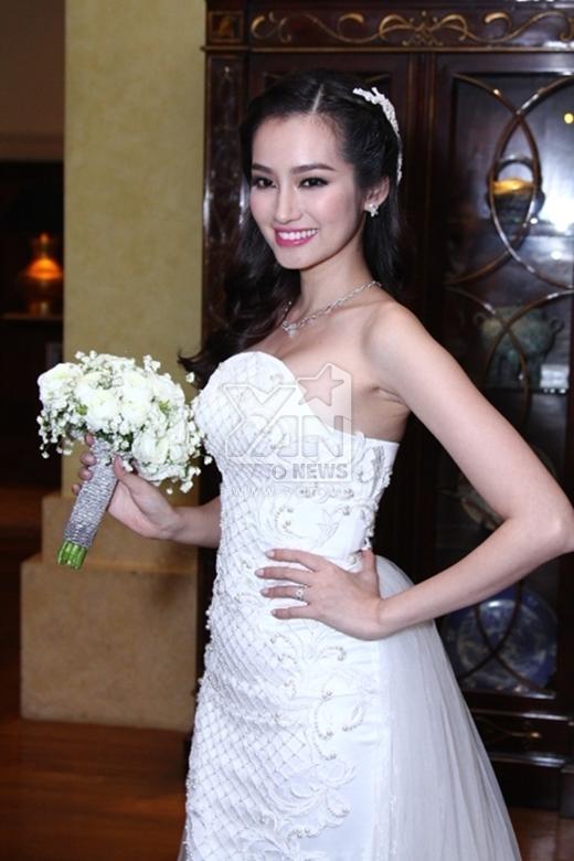 Được biết đây là 1 trong 4 bộ váy cưới đặc biệt của NTK Chung Thanh Phong dành tặng riêng cho bạn thân Trúc Diễm. - Tin sao Viet - Tin tuc sao Viet - Scandal sao Viet - Tin tuc cua Sao - Tin cua Sao