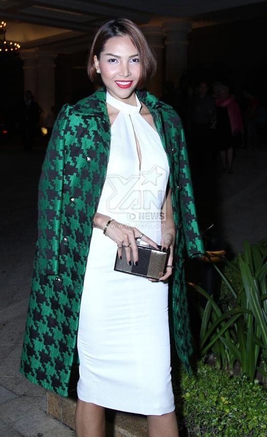 Siêu mẫu Minh Triệu cá tính diện chiếc đầm bó sát màu trắng, khoác bên ngoài là 1 chiếc áo len màu xanh nổi bật. - Tin sao Viet - Tin tuc sao Viet - Scandal sao Viet - Tin tuc cua Sao - Tin cua Sao