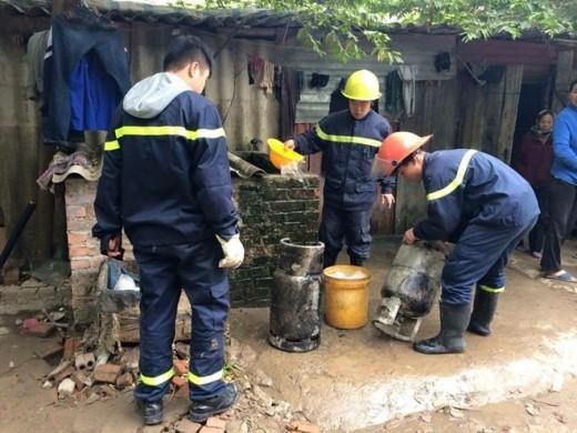 Lực lượng PCCC đưa bình gas phát nổ ra ngoài. Ảnh: Anh Tuấn.