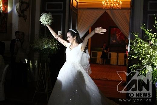 Đến giờ làm lễ, cô dâu Trúc Diễm tươi cười bước vào sảnh cưới với nụ cười rạng rỡ và ngập tràn hạnh phúc. - Tin sao Viet - Tin tuc sao Viet - Scandal sao Viet - Tin tuc cua Sao - Tin cua Sao