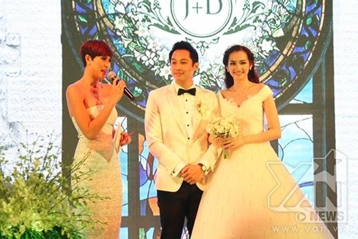 Cựu siêu mẫu Phương Mai đảm nhiệm vai trò MC của buổi tiệc. - Tin sao Viet - Tin tuc sao Viet - Scandal sao Viet - Tin tuc cua Sao - Tin cua Sao