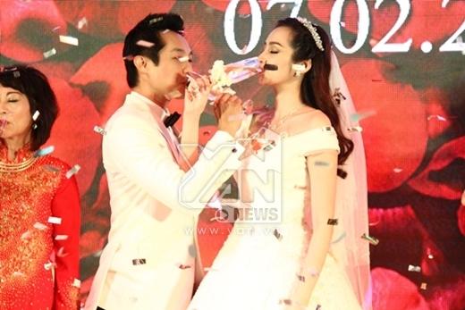 Hai vợ chồng cùng nhau uống rượu giao bôi... - Tin sao Viet - Tin tuc sao Viet - Scandal sao Viet - Tin tuc cua Sao - Tin cua Sao