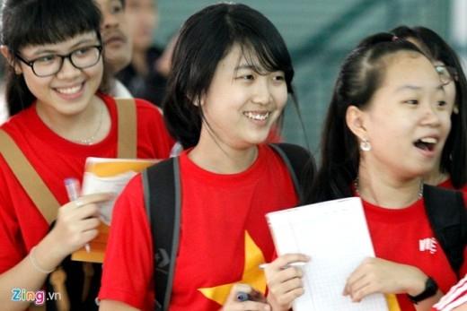 Nhiều CĐV mang theo giấy bút để chờ đợi Công Phượng và đồng đội ký tặng.