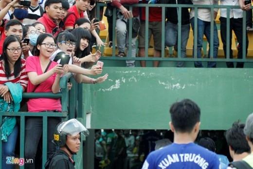 Vẻ vui sướng của các fan nữ trên sân vận động Cần Thơ
