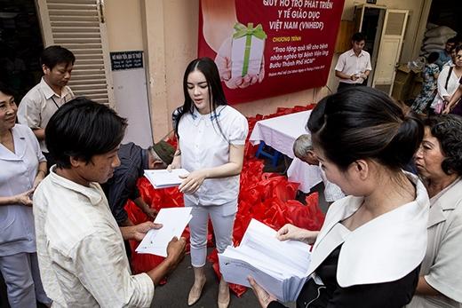 Lý Nhã Kỳ đã trực tiếp trao 200 phần quà và hơn 100 triệu đồng tới những bệnh nhân có hoàn cảnh cực kỳ khó khăn và mắc bệnh hiểm nghèo đang điều trị tại Viện. - Tin sao Viet - Tin tuc sao Viet - Scandal sao Viet - Tin tuc cua Sao - Tin cua Sao