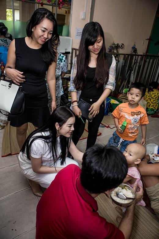 Lý Nhã Kỳ giản dị thăm bệnh nhân bệnh hiểm nghèo trước giờ đi Pháp - Tin sao Viet - Tin tuc sao Viet - Scandal sao Viet - Tin tuc cua Sao - Tin cua Sao