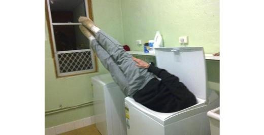 Đoán chắc cả hai anh chàng ở trên đều lỡ làm rớt kim cương vô máy giặt, nên mới phải một hai sống chết như thế này