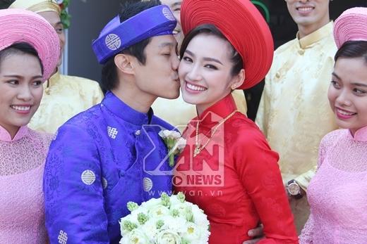 Hai vợ chồng dành cho nhau những nụ hôn nồng cháy. - Tin sao Viet - Tin tuc sao Viet - Scandal sao Viet - Tin tuc cua Sao - Tin cua Sao