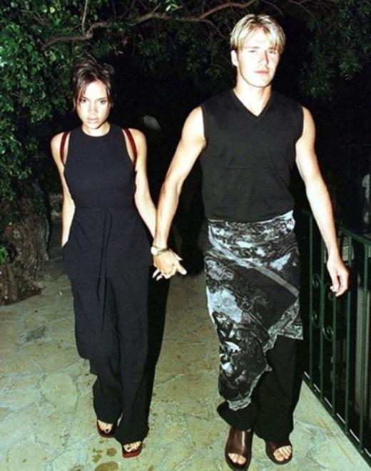 4. Tại World Cup 1998, Becks bị bắt gặp đi ăn tối với Vic trong bộ saron truyền thống trông rất kỳ cục. Phong cách này của Beckham được xếp vị trí thứ 4.