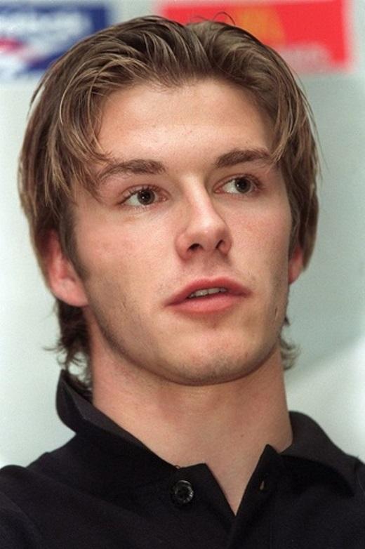 """5. Mái tóc """"bổ luống"""" lạc hậu được cựu ngôi sao Man United làm nên thương hiệu suốt từ năm 1996 đến thời gian đầu anh hẹn hò cùng Victoria."""