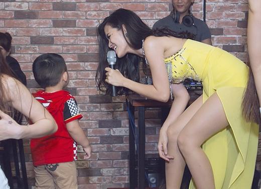 Cô nàng bất ngờ và phấn khích khi được một fan nhí chạy lên nhảy cùng. - Tin sao Viet - Tin tuc sao Viet - Scandal sao Viet - Tin tuc cua Sao - Tin cua Sao