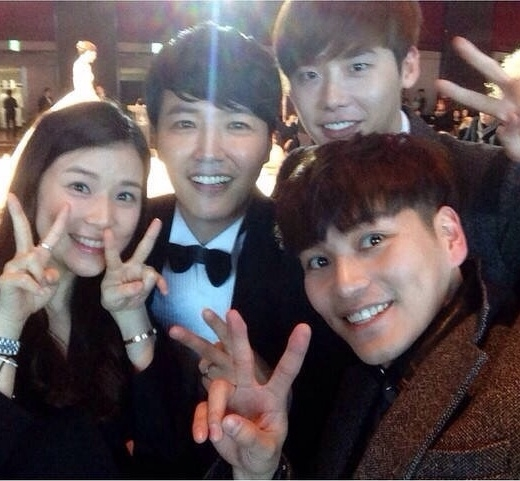 Chú rể chụp ảnh cùngLee Jong Suk, Lee Bo Young,bạn diễn của anh trong I Hear Your Voice
