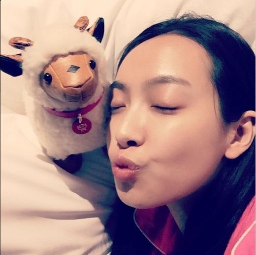 """Chị cảf(x), Victoriakhoe thú bông đáng yêu khá bận rộn với dự án đóng phim cũng không quên chào hỏi fan: """"Ngủ ngon nhé~^^ #Năm cừu #MCM"""""""