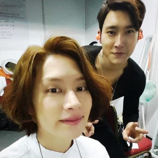 """Heechulkhoe ảnh điệu đà bên cạnhSiwon: """"Đại diện của Bugsy cùng anh của Heebumie. Heebum+Bugsy=? #BumBug"""" (Bugsy và Heebum là 2 thú cưng củaSiwonvàHeechul)."""