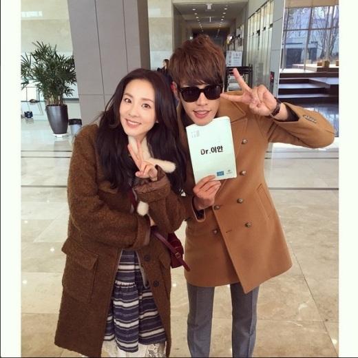 """Dara (2NE1)trẻ trung bên cạnhKim Young Kwang, bạn diễn của cô trong bộ phim trực tuyếnDr.Mo Clinic: """"Sodam & Lee An ^.^ Bác sĩ Lee An, Sandara Park, Kim Young Kwang"""""""