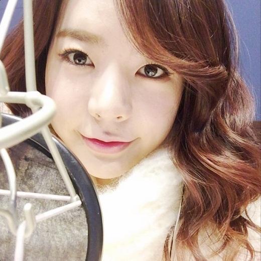 """Sunny (SNSD)cực đáng yêu gửi lời thông báo đến các fan về chương trình radio: """"Cập nhật của ngày hôm nay là tấm ảnh của Sunny đang choàng chiếc khăn quàng cổ tự đan cuối cùng #SunnyFMDate""""."""
