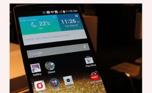 Hình ảnh chiếc điện thoại smartphone được kết nối với phụ kiện làm xét nghiệm HIV và giang mai - Ảnh: AFP