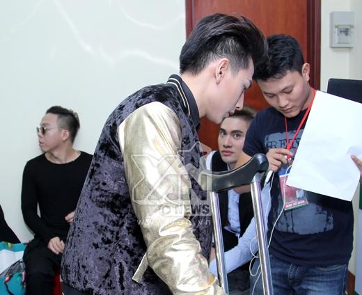Tranh thủ kiểm tra lại nhạc trước khi lên sân khấu. - Tin sao Viet - Tin tuc sao Viet - Scandal sao Viet - Tin tuc cua Sao - Tin cua Sao