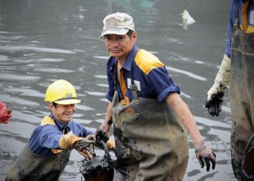 Nhiều công nhân đã có tuổi vẫn nỗ lực hoàn thành tốt nhiệm vụ.