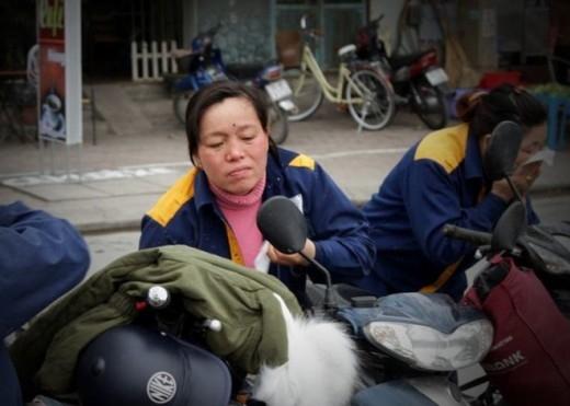 Công nhân lội bùn làm sạch sông chết ở Hà Nội