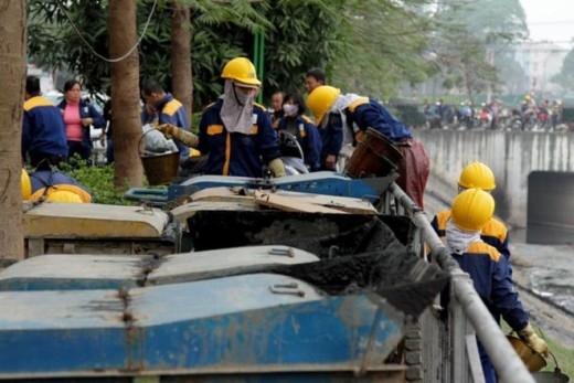 Những chiếc xe đựng rác thải được xếp kín hai bên đường bờ sông Quan Hoa (Cầu Giấy, Hà Nội)