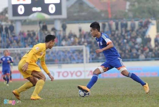 Những phút cuối trận Vũ Minh Tuấn và đồng đội nỗ lực gia tăng sức ép lên phần sân của Thanh Hoá.