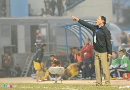 HLV Đinh Cao Nghĩa đứng sát đường pitch chỉ đạo các học trò nhằm tránh trận thua trên sân nhà.