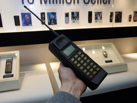 Chiếc điện thoại di động đầu tiên của Samsung được hãng lấy cảm hứng từ chiếc Motorola DynaTAC 8000x, thiết bị có tên gọi là SH-100. Sản phẩm được bán ra tại thị trường Hàn Quốc với doanh số trong khoảng từ 1.000 đến 2.000 chiếc. Một số lượng không lớn nhưng đủ để thuyết phục Samsung đầu từ vào lĩnh vực mới mẻ này.