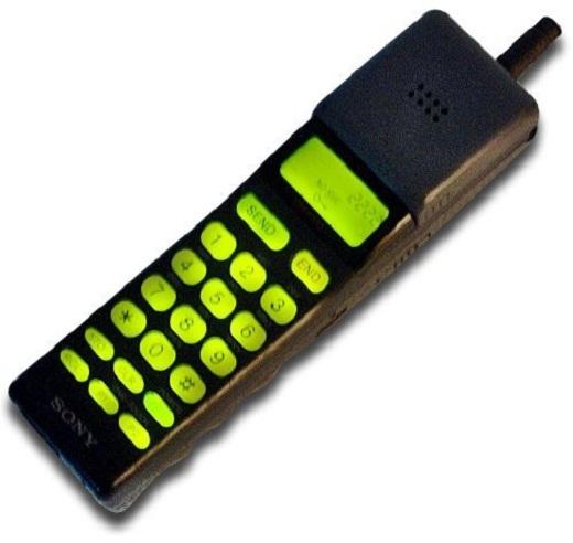 Tìm kiếm một chiếc di động có thương hiệu Sony vào thế kỉ trước là một nhiệm vụ bất khả thi, nhất là khi công ty con của tập đoàn Sony - Sony Mobile đã không còn tồn tại sau thương vụ họ mua lại toàn bộ cổ phần của đối tác Ericsson. Hãng khá chậm chân trong lĩnh vực di động. Đến tận năm 1992 Sony Electronics mới cho ra mắt chiếc điện thoại đầu tiên có tên gọi Sony CM-H333.Tuy nhiên thiết bị có kích thướng nhỏ gọn, không cồng kềnh như những sản phẩm của Nokia hay Motorola.