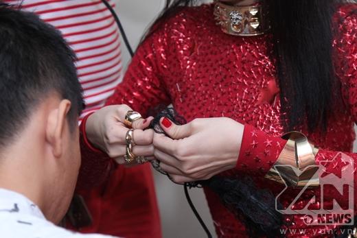 Tóc Tiên - Đông Nhi tự tay chăm chút trang phục - Tin sao Viet - Tin tuc sao Viet - Scandal sao Viet - Tin tuc cua Sao - Tin cua Sao