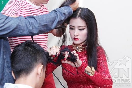 Trong khi đó, Đông Nhi lại tự tay chuẩn bị trang phục và tranh thủ làm tóc. - Tin sao Viet - Tin tuc sao Viet - Scandal sao Viet - Tin tuc cua Sao - Tin cua Sao
