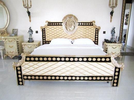 Phòng ngủ theo phong cách hoàng gia của Hà Tăng: Phòng ngủ của gia đình ngọc nữ làng điện ảnh được thiết kế theo phong cách hoàng gia để phù hợp với toàn bộ kiến trúc của căn biệt thự xa hoa nằm ở quận 2 - TP.HCM. - Tin sao Viet - Tin tuc sao Viet - Scandal sao Viet - Tin tuc cua Sao - Tin cua Sao