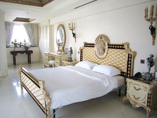 Phòng ngủ chỉ với 2 màu trắng - vàng làm chủ đạo nhưng được làm nổi bật bởi những hoạ tiết cầu kỳ trên từng vật dụng được bố trí trong phòng. - Tin sao Viet - Tin tuc sao Viet - Scandal sao Viet - Tin tuc cua Sao - Tin cua Sao