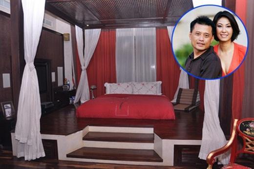 Phòng ngủ cầu kỳ của Hoa hậu Hà Kiều Anh:Chiếc giường ngủ của cựu Hoa hậu Hà Kiều Anh được trang trí theo phong cách cổ xưa với bậc cầu thang lên xuống phân cách với nền nhà. - Tin sao Viet - Tin tuc sao Viet - Scandal sao Viet - Tin tuc cua Sao - Tin cua Sao