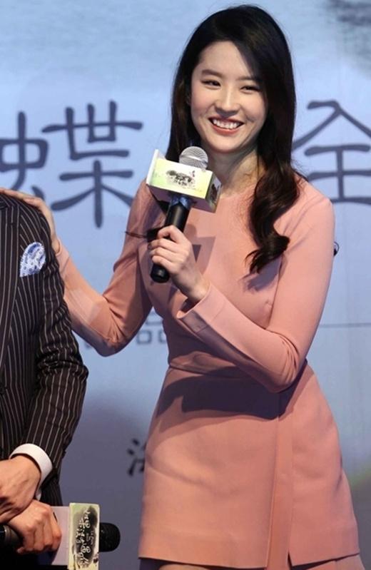 Mặc dù đẹp long lanh, Lưu Diệc Phi vẫn bị so sánh với Tiểu Long Nữ đùi gà