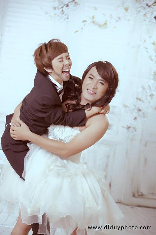 Là cặp đôi nghệ sĩ hài nổi tiếng, Thu Trang và Tiến Luật không chỉ chọc cười khán giả trên sân khấu mà còn cả trên mạng xã hội. Lấy ý tưởng hoán đổi giới tính cho bộ ảnh cưới của mình, cả 2 khiến các fan hâm mộ ngã ngửa bởi chiêu độc lạ nhưng không kém phần hài hước. Trong ảnh, Tiến Luật hóa thành cô dâu với vẻ ngoài vạm vỡ, trong khi đó Thu Trang lại làm chủ rể bé bỏng được cô dâu nhấc bổng lên khá tình tứ.