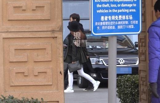 Lộ loạt ảnh Chae Rim đi khám thai với chồng