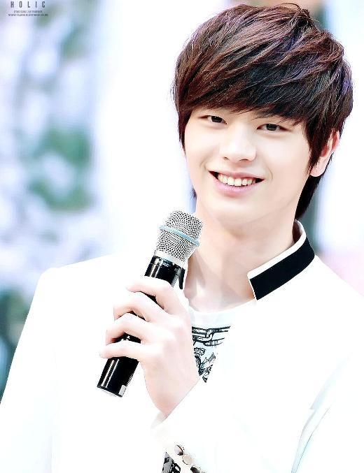 """Bên cạnh vẻ ngoài đáng yêu,Sungjae (BTOB)còn sở hữu giọng hát trầm nam tính. Phần đông cư dân mạng đều thừa nhận rằng trái tim họ """"tan chảy"""" mỗi khi nghe Sungjae cất tiếng hát."""